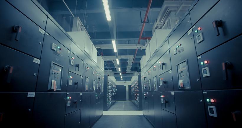 Das Bild zeigt einen langen Korridor zwischen vielen grauen IT-Servern.