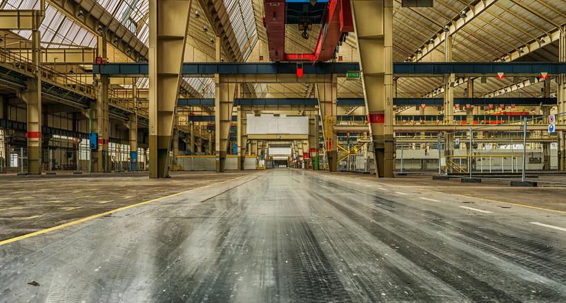 Das Bild zeigt eine Industriehalle aus der Boden-Perspektive.