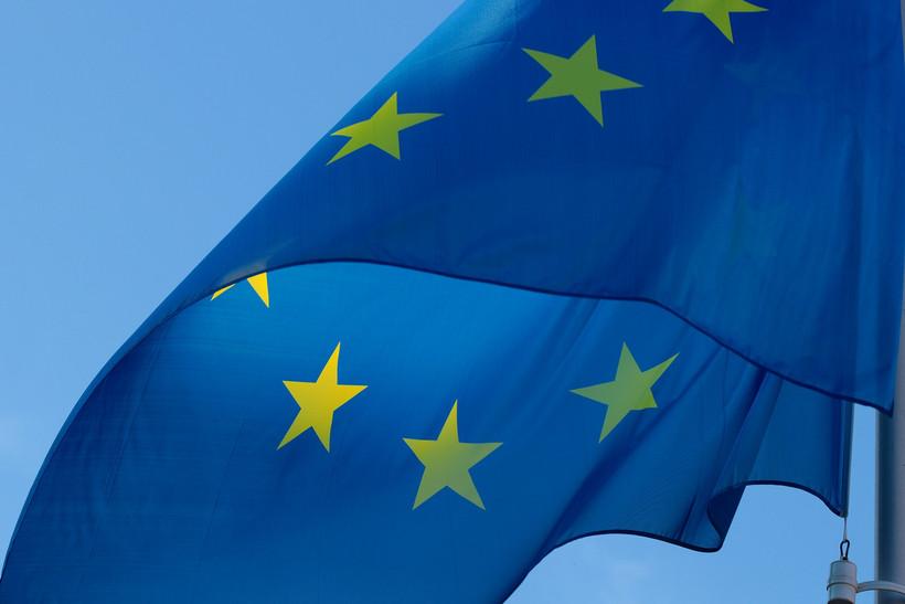 Auf dem Foto ist die EU-Flagge vor dem blauen Himmel zu sehen.