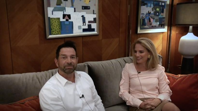 Auf dem Bild sitzt links Sven Zuschlag, CEO smapOne, und rechts Christiana Vonofackou, auf einem Sofa und sprechen zusammen