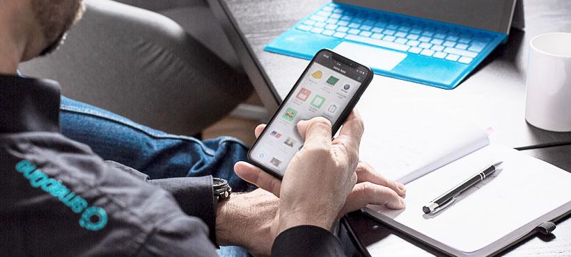 smapOne App Baukasten wird via Smartphone mit rechter Hand genutzt
